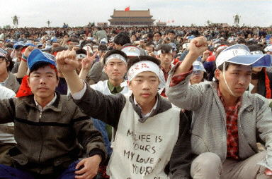 1989年5月18日广场请愿的学生。(法新社)