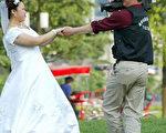 6月8日一位新娘在上海的公園拍攝婚紗照(法新社)