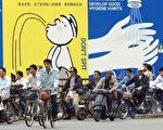 上海大型廣告牌呼籲擯棄生活陋習(法新社)