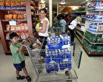 8月14日停電﹐人們在商店購買水和食品。(法新社)