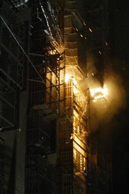 台北縣蘆洲市31日發生火災的情形。(法新社)
