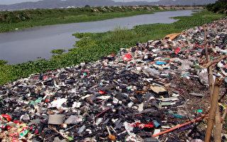 被搾取完全部價值物料的電子垃圾被隨意掉棄在河邊,延綿數百米。(綠色和平提供)