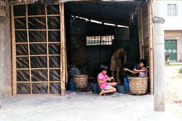 為賺取微薄的薪水,小朋友也參與危險的拆解工作。(綠色和平提供)