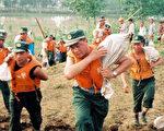 今年中国洪水肆虐期间,解放军士兵投入各地抗洪抢险(法新社)