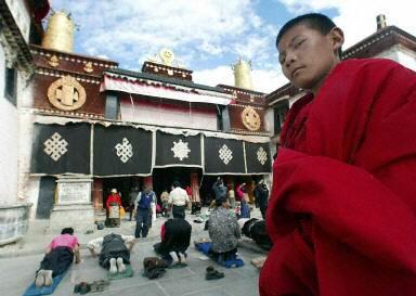 從西藏大昭寺廣場進入八廓街必需通過安檢。(法新社)