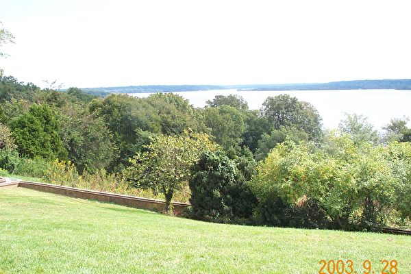 主樓後的風景。圖中為波托馬克河(Potomac River)(大紀元攝影)