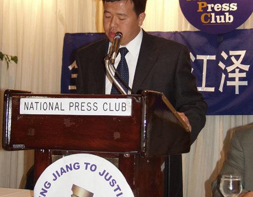 法轮功学员代表陈刚发言(大纪元摄影记者:朱迪、薛兵)