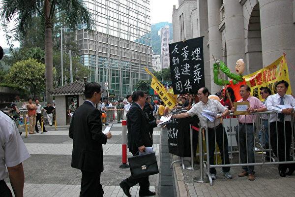 民主黨主席楊森(左二)、前主席李柱銘(左一)主動走向示威區,索取請願人士的信件。(攝影:大紀元記者)<br /><figcaption class=