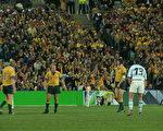 衛冕冠軍澳洲隊(黃色運動衣)在首場比賽以24比8勝實力不弱的阿根廷隊。(大紀元攝影記者彼得攝)