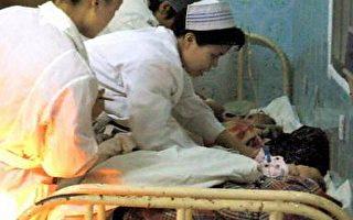 中國以非法販賣女嬰牟取暴利現象十分嚴重,許多女嬰在販運途中夭折,圖為早前媒體報導從人販子手中截獲的數名女嬰在廣西一醫院接受治療(法新社圖)
