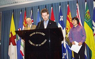 国会议员瑞德(演讲者),加大赦国际秘书长亚力克斯-纳维(后左)和张丽(后右)(大纪元摄影)