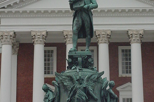 Rotunda前的傑佛遜雕像(大紀元攝影)。