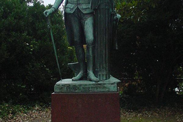 樹蔭中的傑佛遜雕像(大紀元攝影)。