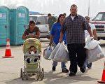 加州政民攜手抗火災,同舟共濟渡難關,圖為當地居民向紅十字會捐贈給災民的救援物品(法新社)