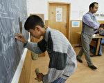 小学生在演算数学题(AFP)