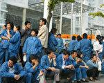 11月5日, 数百名工人在上海市政府大楼前聚集。(法新社)