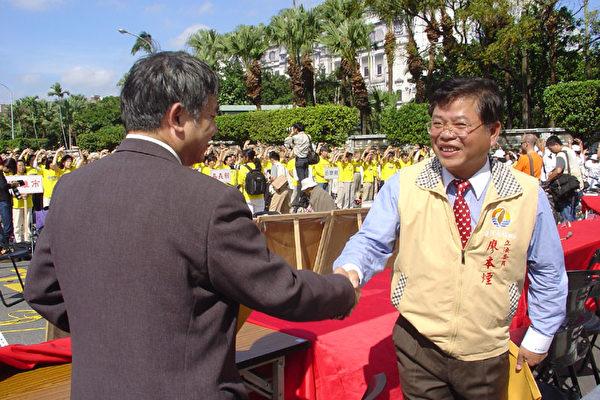 台聯立院領袖廖本煙(右)
