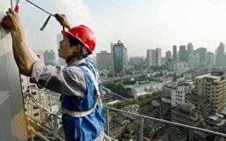 从事建筑业的农民工劳动强度大,工资却经常被拖欠(法新社)