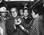趙紫陽(中左)1989年5月19日在天安門對學生講話﹐溫家寶(中右)陪同在側。(法新社)