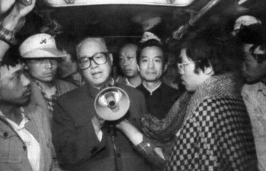 赵紫阳(中左)1989年5月19日在天安门对学生讲话﹐温家宝(中右)陪同在侧。(法新社)