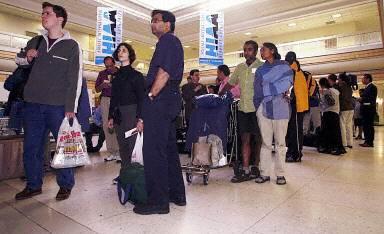 加拿大机场等待入境的旅客(法新社)