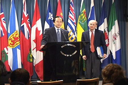 加拿大法轮大法学会会长李迅(左)与律师梅塔斯在加拿大国会内的新闻发布会上(大纪元)