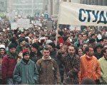 2000年10月大批学生示威要求米洛舍维奇下台(法新社)