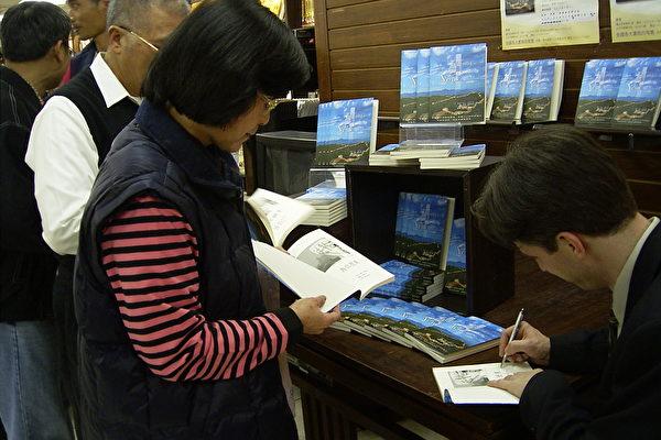 讀者要求澤農簽名。(攝影╱記者文格)