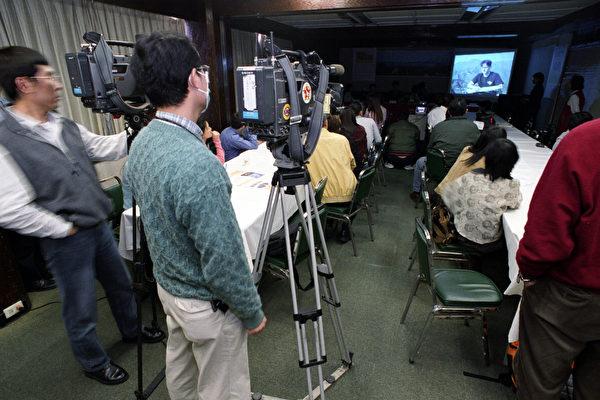 """记者会现场播放泽农的修炼故事""""龙缘""""。(摄:大纪元摄影记者连黎)"""