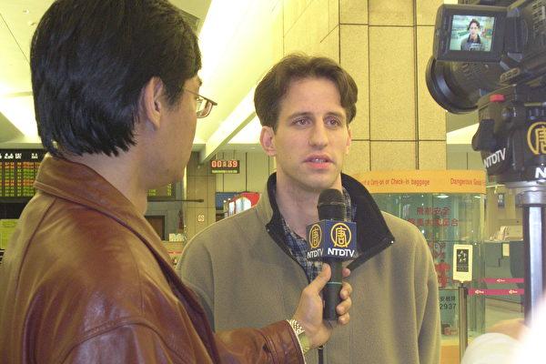 澤農在機場接受「新唐人電視」駐台灣記者採訪。(攝:大紀元記者)