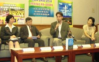 泽农(右二)在台湾法轮大法学会的陪同下,今天(19日)下午召开记者会,向台湾及国际社会说明登机遭拒事件的经过。(摄:大纪元记者)