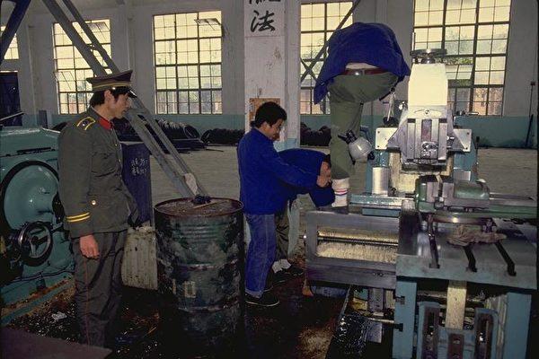 中国警察监督劳动。图片来源:劳改基金会。