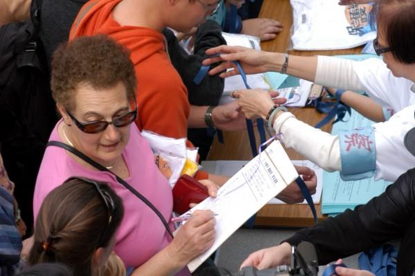 市民踊跃签名,反持填海。(大纪元记者摄)