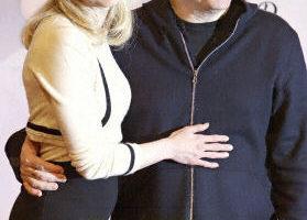 Renee Zellweger和導演Anthony Minghella4月6日在日本東京新聞發佈會上(法新社)