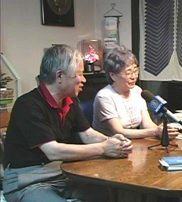 橫田夫婦接受采訪,他們背後的牆壁上掛著外孫女的的浮雕(大紀元)