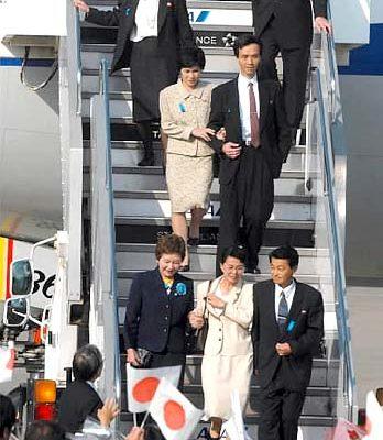 5名日本人走下飛機,前右二人為地村夫婦,中二人為蓮池薰和奧土佑木子,後左一為曾<br /><figcaption class=