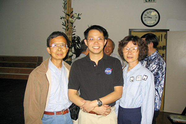 李炜钧及其父母(李端木教授和林佳美女士)接受本报记者的采访。(大纪元记者李旭生摄)