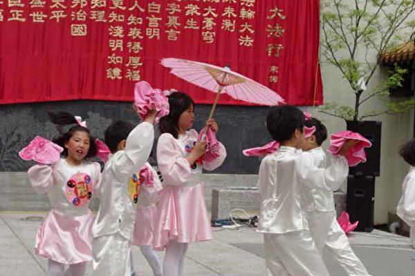 明慧學校的孩子們表演舞蹈《小梅花》(大紀元)
