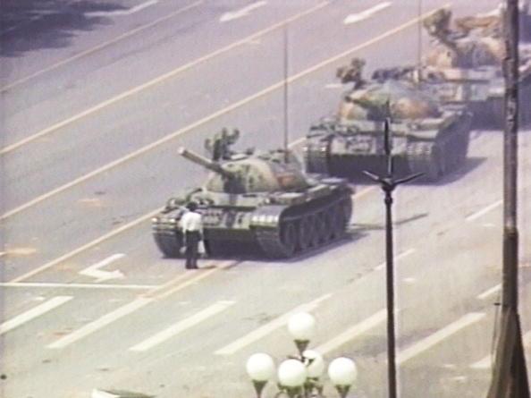 六四事件28周年,中共全面加強網絡監控,禁止民眾在社交媒體發表悼念六四的言論。圖為六四坦克人王維林。(Getty Image)