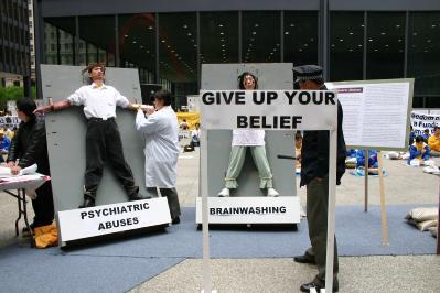 5月24日芝加哥反酷刑展,真人演示中国大陆法轮功学员遭受的迫害。(大纪元图片)<br /><figcaption class=