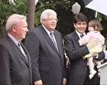 伊州政要出席纪念仪式,右一为伊州州长Blagojevich先生(大纪元)