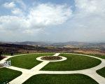 空中俯瞰坐落于加州希米山谷之里根墓地 (AFP)
