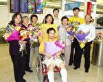 九名澳大利亚法轮功学员从南非返回澳洲,在悉尼国际机场接受媒体采访