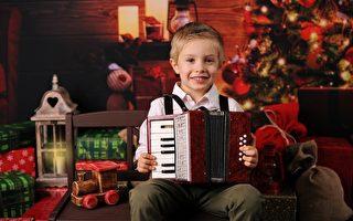 爸爸在演奏手风琴 小男孩有板有眼地跟着学 惊爆了