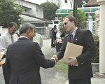 南非驻马大使馆第一秘书菲律普.礼烈 (Philip Riley)(右)与马来西亚法轮大法研习中心发言人,颜文顺(左〕会面(大纪元)