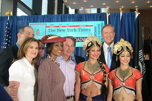 紐約市長彭博(前排右三)﹐州長帕塔基(後排右一)歡迎參加共和黨大會代表觀看百老會秀(大紀元記者楊紅攝影)