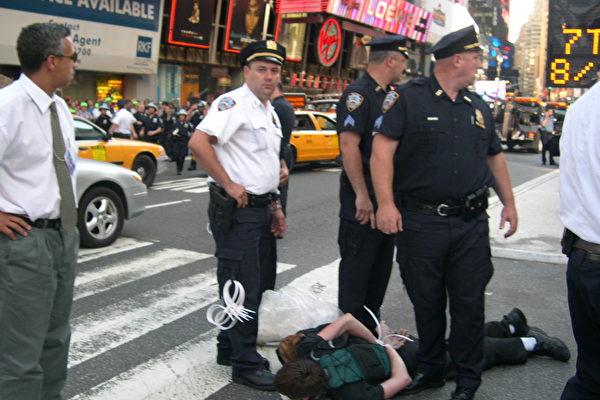 一名抗議者在46街和百老會交接處被逮捕(大紀元記者楊紅攝影)