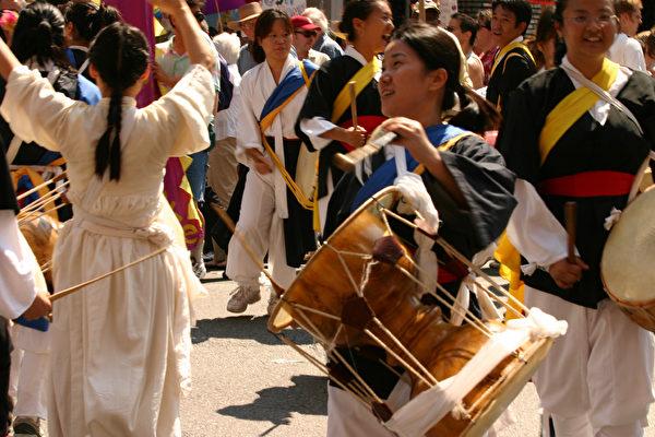 游行隊伍中的朝鮮族舞蹈(大紀元記者馬友志攝影)