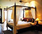浪漫柱床纱幔、私人按摩池,民丹湖度假村提供恋人梦寐以求的浪漫。