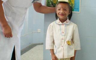"""世界吉尼斯""""袖珍小姐""""赵路君24岁,身高只有88厘米,体重9公斤。(大纪元图片)"""
